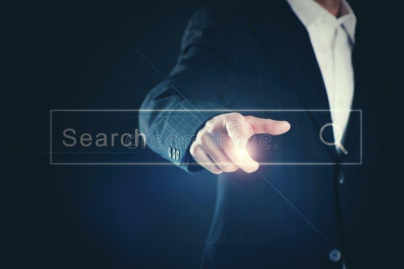 Ciérrese para arriba de la pantalla digital conmovedora del hombre de negocios con el finger fotos de archivo