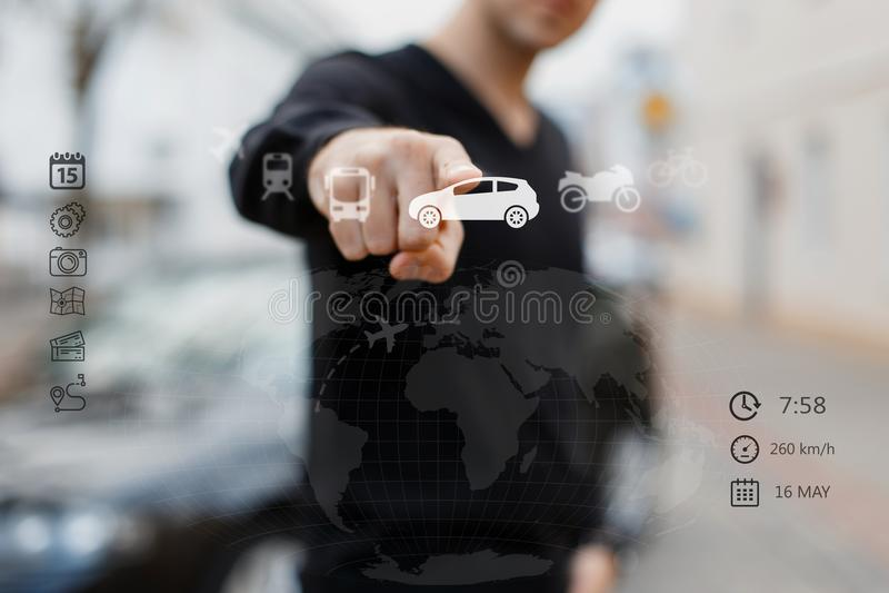 Ciérrese para arriba de la pantalla digital conmovedora del viaje del hombre con el finger imagen de archivo