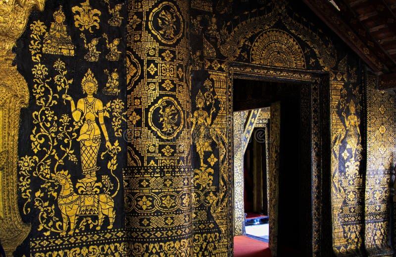 Ciérrese para arriba de la pared adornada de oro del templo - Wat Xieng Thong, Luang Prabang imagen de archivo libre de regalías