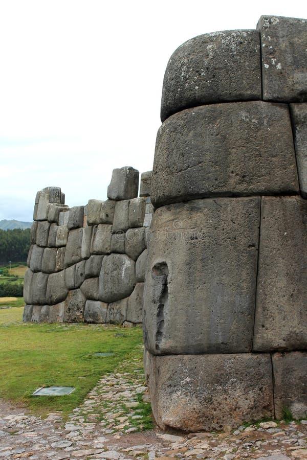 Ciérrese para arriba de la pared de piedra en Sacsayhuaman fotografía de archivo