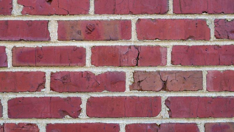 Ciérrese para arriba de la pared de ladrillo roja, con un ladrillo agrietado imagen de archivo