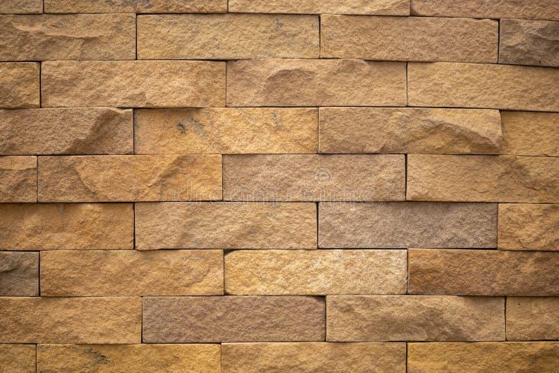 Ciérrese para arriba de la pared de piedra de la arena marrón del ladrillo Uso para el papel pintado o el fondo de la textura fotografía de archivo libre de regalías