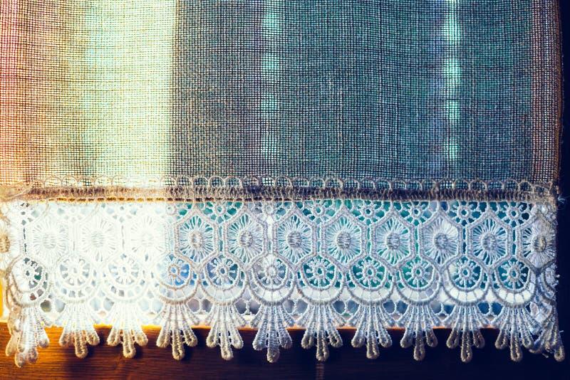 Ciérrese para arriba de la pequeña cortina vieja handmade Textura o parte posterior natural imágenes de archivo libres de regalías