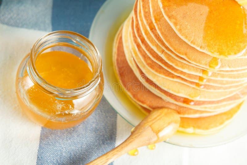 Ciérrese para arriba de la pila de crepe con la miel y la mantequilla foto de archivo libre de regalías
