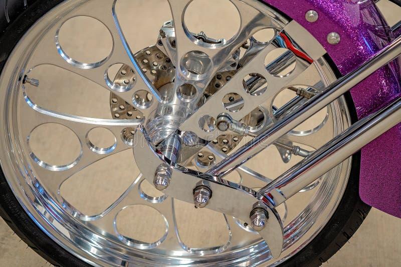 Ciérrese para arriba de la rueda de la bici clásica del motor imagen de archivo