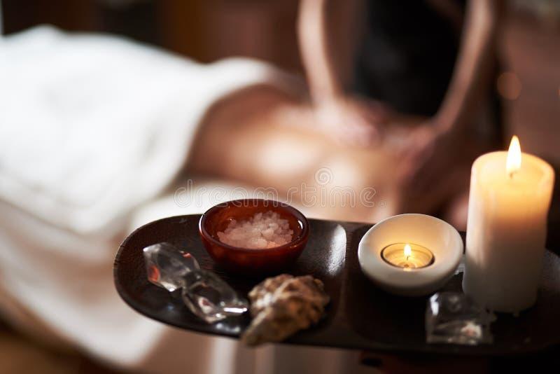 Ciérrese para arriba de la sal mineral del masaje en salón del balneario foto de archivo libre de regalías