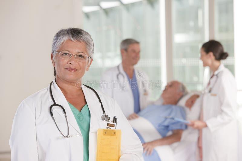 Ciérrese para arriba de la sonrisa femenina del doctor fotos de archivo