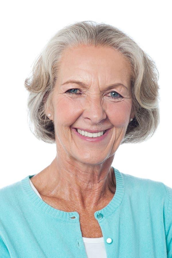 Ciérrese para arriba de la sonrisa madura de la mujer imagen de archivo