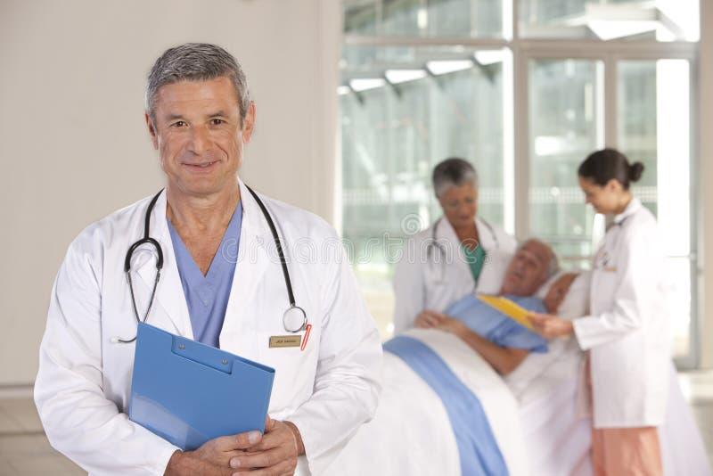 Ciérrese para arriba de la sonrisa masculina del doctor imágenes de archivo libres de regalías