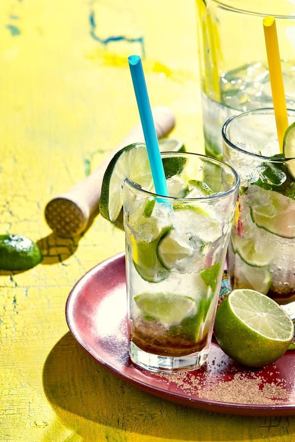 Ciérrese para arriba de las bebidas del caipirinha en la bandeja imagen de archivo libre de regalías