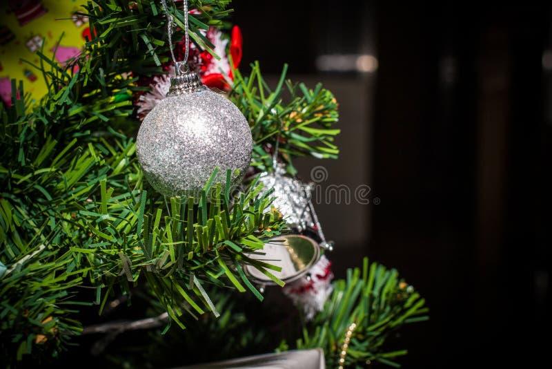 Ciérrese para arriba de las decoraciones de la Navidad, regalos en el árbol de navidad, regalos, para el fondo del Año Nuevo Tono fotos de archivo