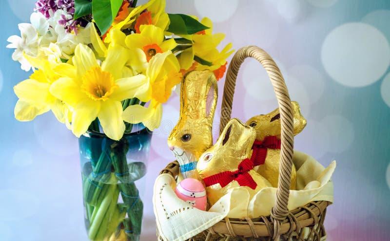 Ciérrese para arriba de las flores de la primavera y de los conejos en embalaje flexible de Pascua imagen de archivo libre de regalías