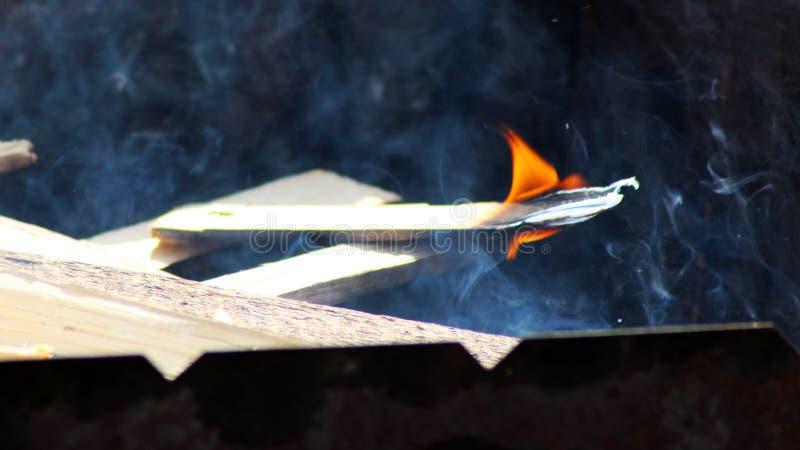Ciérrese para arriba de las llamas del fuego del campo y del fuego fotografía de archivo