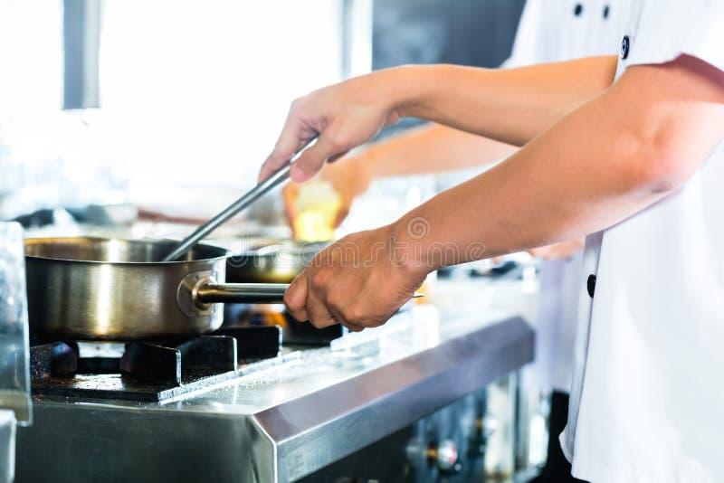 Ciérrese para arriba de las manos del cocinero foto de archivo libre de regalías