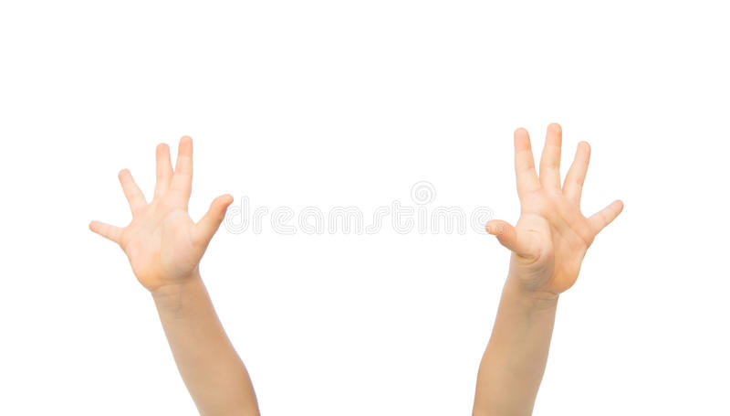 Ciérrese para arriba de las manos del pequeño niño aumentadas hacia arriba foto de archivo libre de regalías
