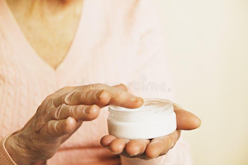 Ciérrese para arriba de las manos de la mujer madura Atención sanitaria que da, clínica de reposo Amor parental de la abuela Viej imagen de archivo libre de regalías