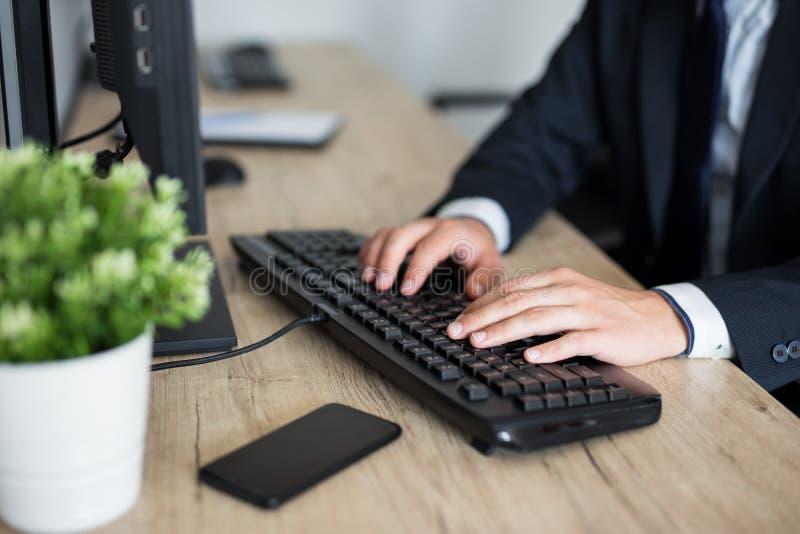 Ci?rrese para arriba de las manos masculinas usando el ordenador imágenes de archivo libres de regalías