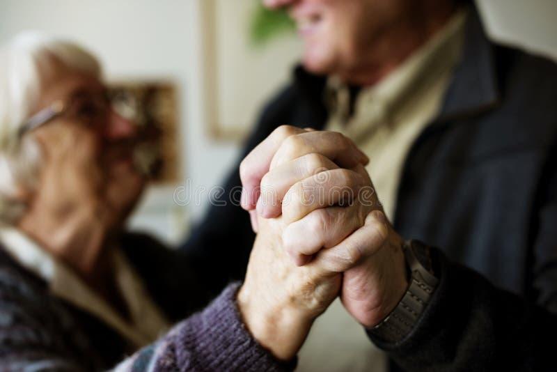 Ciérrese para arriba de las manos mayores del ` s de los pares como están bailando imagen de archivo libre de regalías