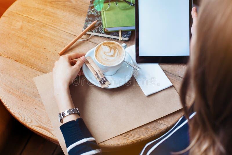 Ciérrese para arriba de las manos para mujer que sostienen la tableta digital con la pantalla en blanco del espacio de la copia p foto de archivo libre de regalías