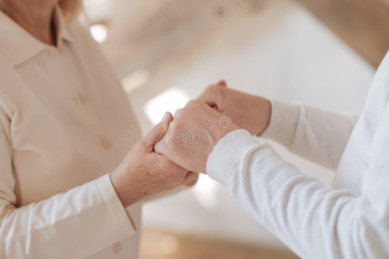 Ciérrese para arriba de las manos que son ligadas imagen de archivo