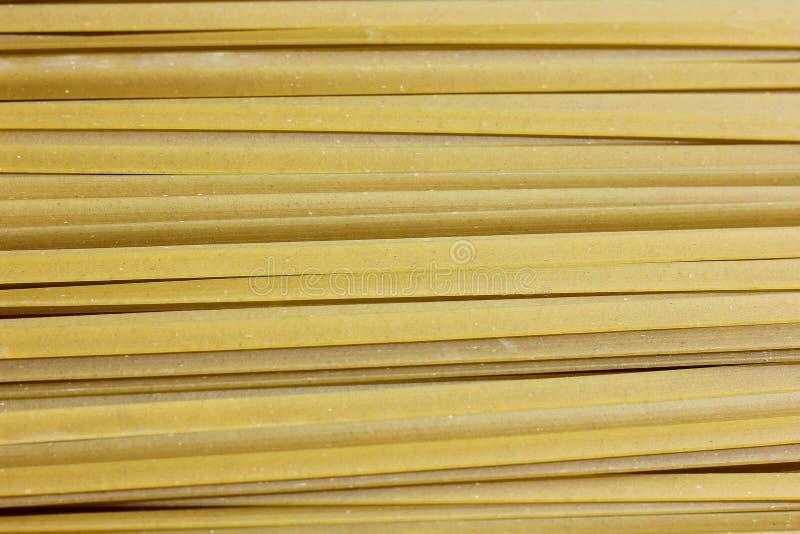 Ciérrese para arriba de las pastas crudas, fettuccine verde de Spanich fotos de archivo