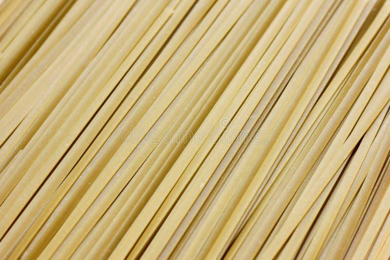 Ciérrese para arriba de las pastas crudas, fettuccine verde de Spanich fotografía de archivo