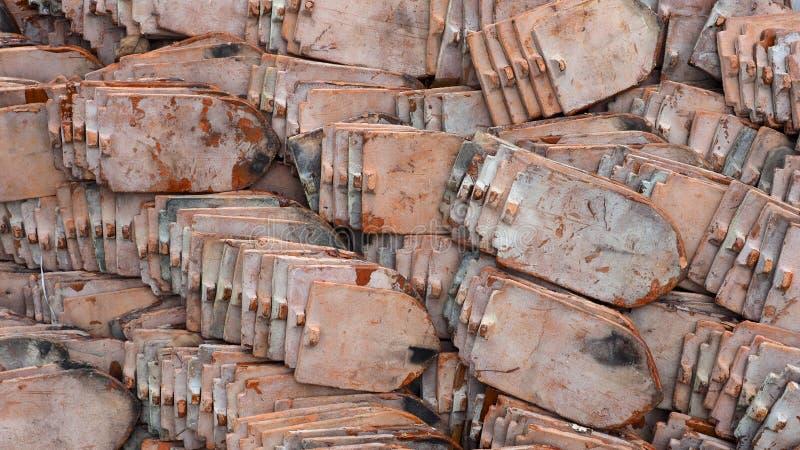 Ciérrese para arriba de las pilas de tejas de tejado viejas fotografía de archivo