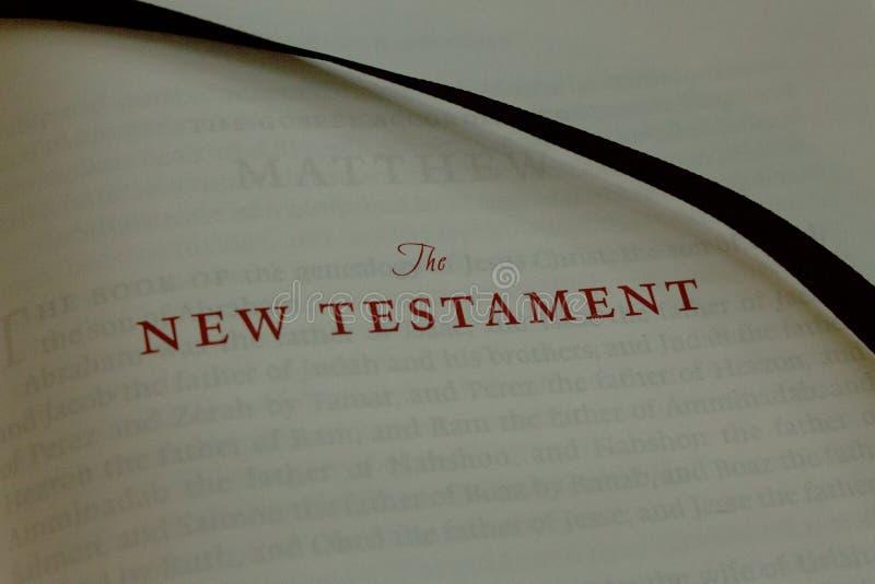 Ciérrese para arriba de las viejas letras que deletrean el nuevo testamento en una biblia vieja fotos de archivo libres de regalías