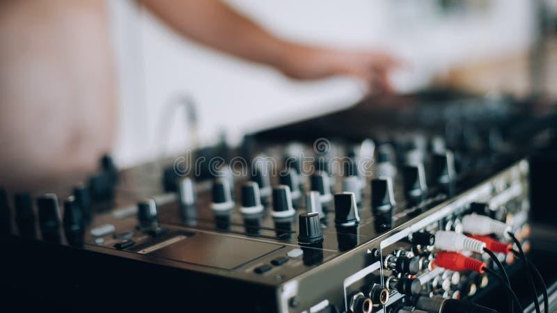 Ciérrese para arriba de lector de cd y de mezclador de DJ foto de archivo libre de regalías