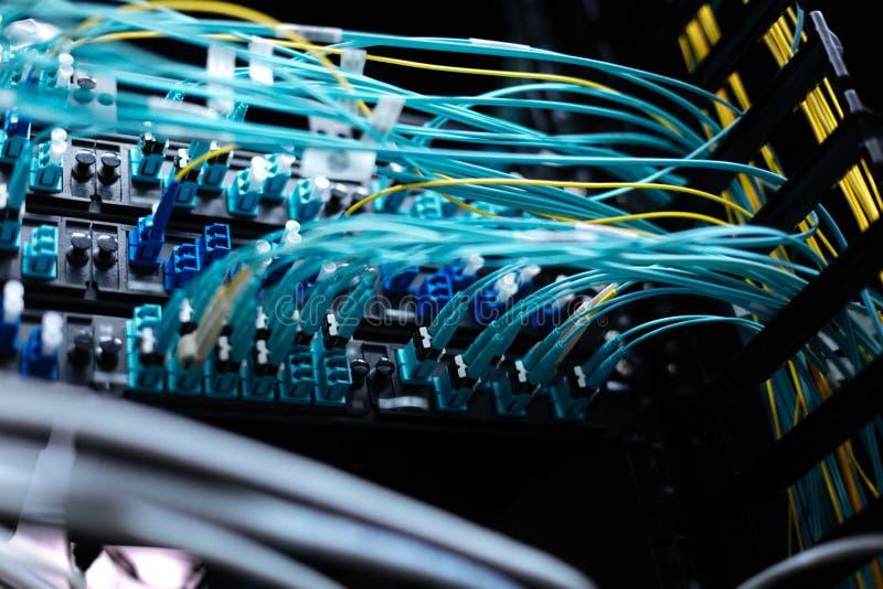 Ciérrese para arriba de los alambres de Internet conectados con el servidor de red imagen de archivo
