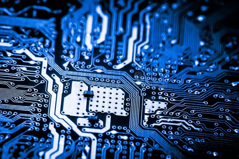 Ciérrese para arriba de los circuitos electrónicos en el tablero de lógica del fondo del ordenador de la tecnología de Mainboard, fotografía de archivo
