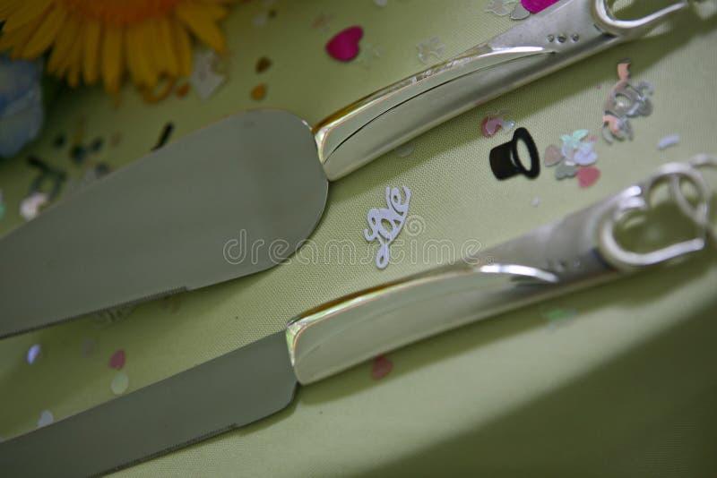 Ciérrese para arriba de los cuchillos de la boda imágenes de archivo libres de regalías