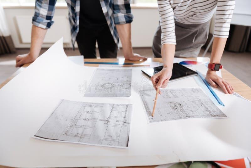 Ciérrese para arriba de los dibujos técnicos que mienten en la tabla imagen de archivo