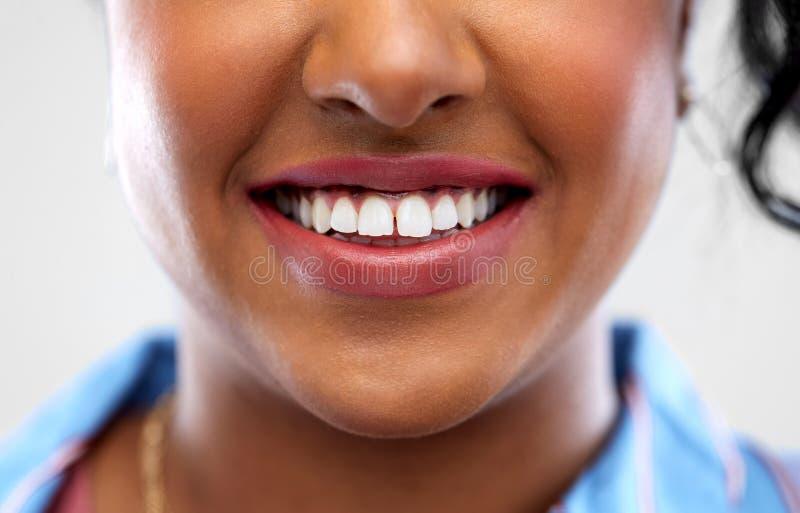 Ciérrese para arriba de los dientes blancos de la mujer afroamericana foto de archivo libre de regalías