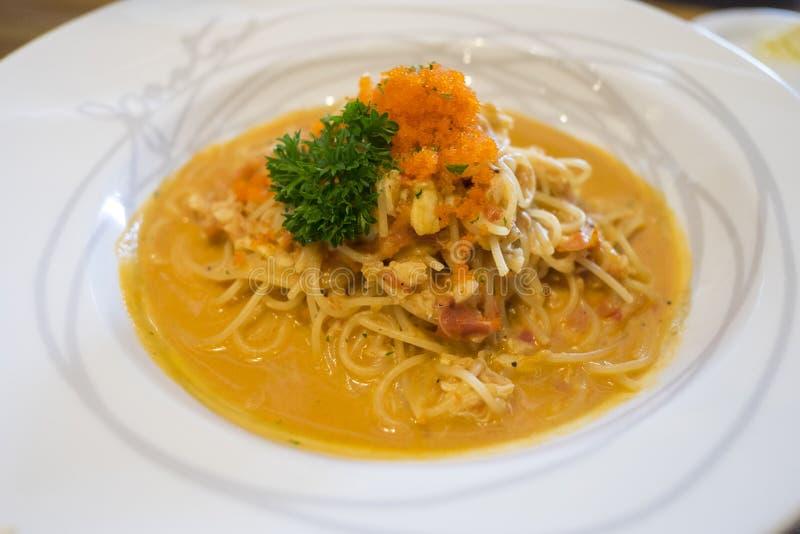 Ciérrese para arriba de los espaguetis de los mariscos en la placa blanca Espaguetis con cra imagen de archivo
