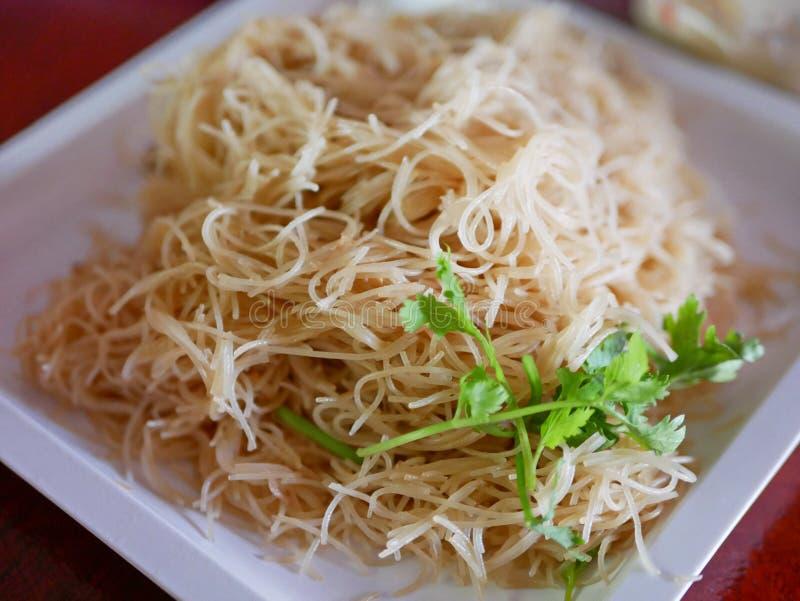 Ciérrese para arriba de los fideos sofritos con la salsa de soja fotos de archivo