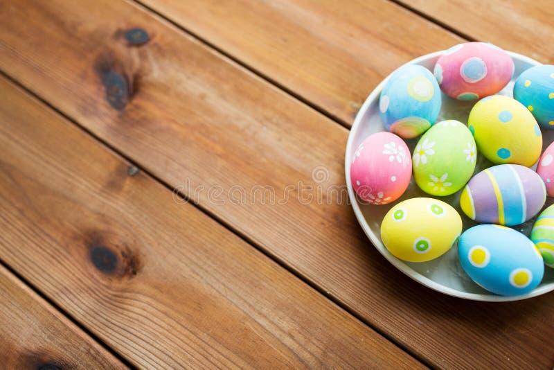 Ciérrese para arriba de los huevos de Pascua coloreados en la placa fotos de archivo