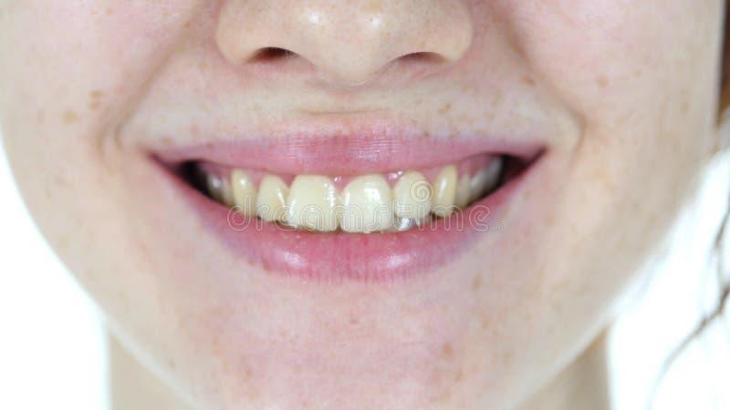 Ciérrese para arriba de los labios sonrientes de la muchacha fotografía de archivo