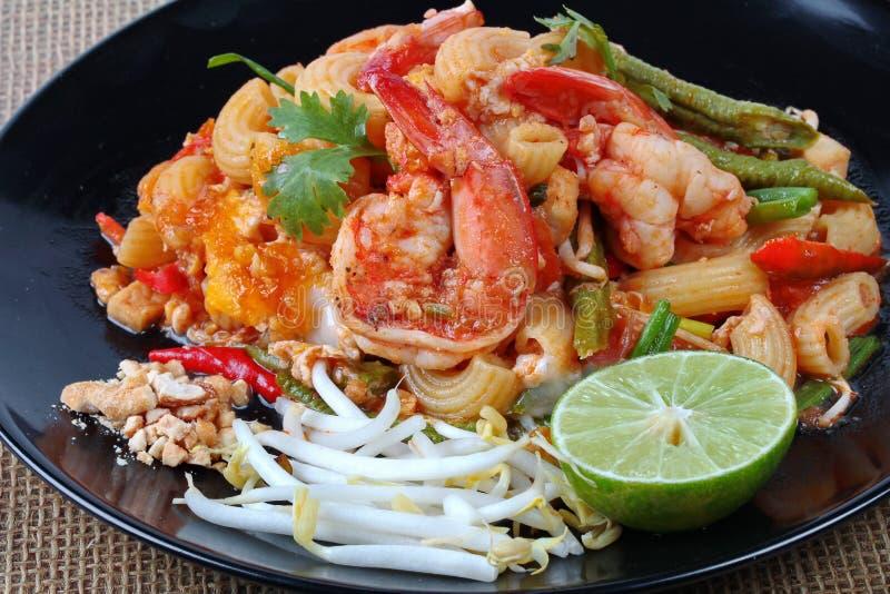 Ciérrese para arriba de los macarrones fritos tailandeses con el camarón, cojín Maca tailandés de la llamada imagen de archivo