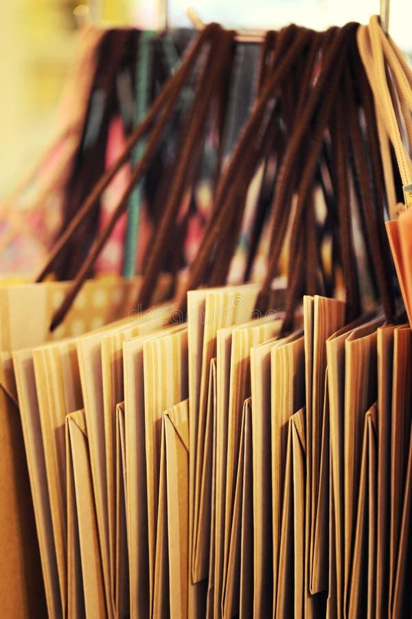 Ciérrese para arriba de los panieres de papel que cuelgan en el carril, proceso en estilo del vintage foto de archivo libre de regalías