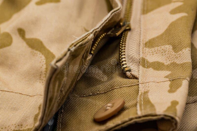 Ciérrese para arriba de los pantalones del camo de la cremallera y del botón fotografía de archivo