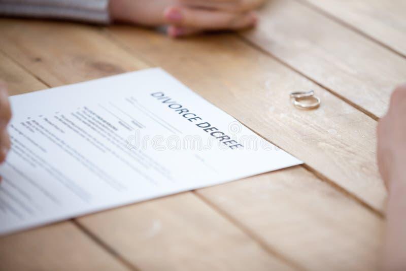 Ciérrese para arriba de los papeles del divorcio de la muestra de los pares en la oficina de abogados imágenes de archivo libres de regalías