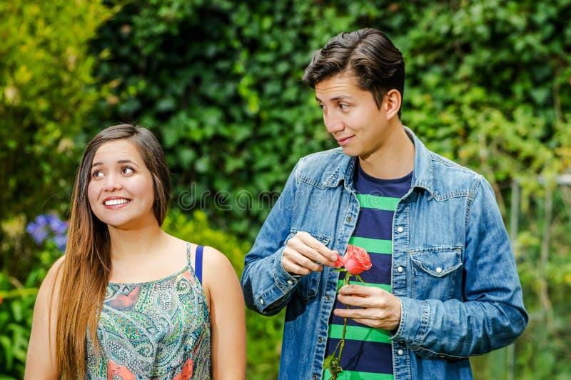 Ciérrese para arriba de los pares jovenes en un parque, mujer del inlove hermoso que sonríe mientras que el hombre está jugando c imágenes de archivo libres de regalías
