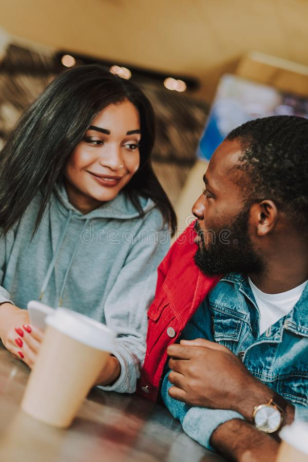 Ciérrese para arriba de los pares jovenes que hablan mientras que bebe el café foto de archivo libre de regalías
