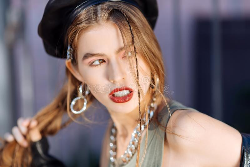 Ciérrese para arriba de los pendientes que llevan y del collar del modelo elegante hermoso fotografía de archivo
