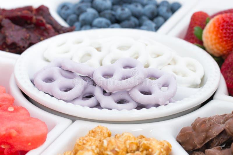 ciérrese para arriba de los pretzeles del yogert y de la frambuesa fotografía de archivo