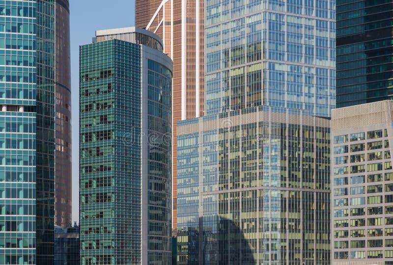 Ciérrese para arriba de los rascacielos del centro de negocio internacional en Moscú, Rusia imagenes de archivo