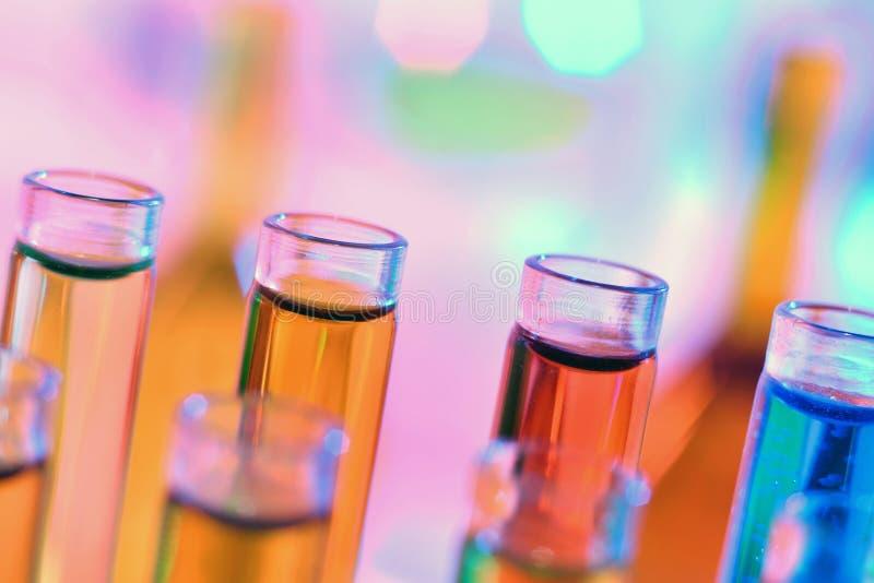 Ciérrese para arriba de los tubos de ensayo de la química con los líquidos coloridos imagen de archivo