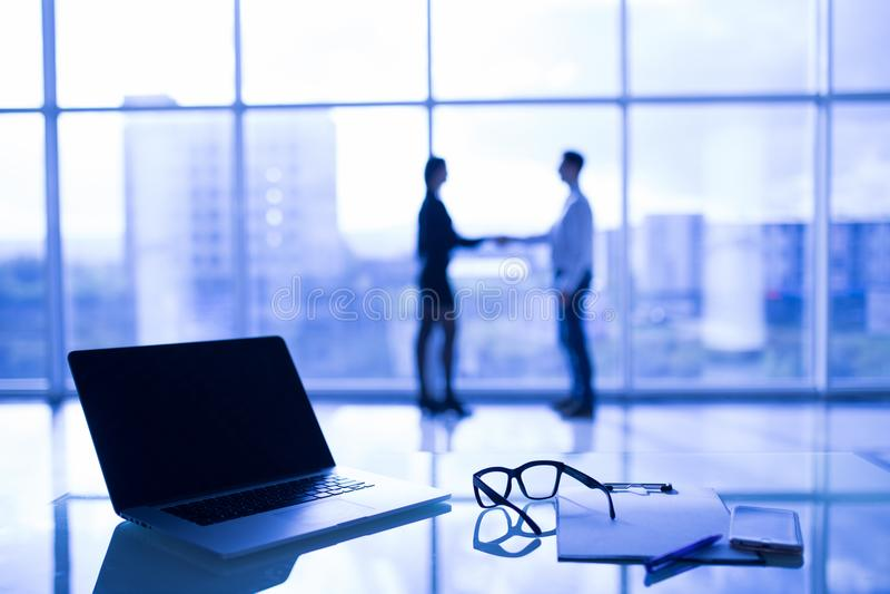 Ciérrese para arriba de los vidrios del ojo en el escritorio del trabajo con la carta y el ordenador portátil en el lugar de trab imagen de archivo libre de regalías