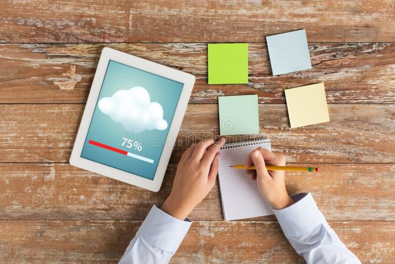 Ciérrese para arriba de manos con PC y el cuaderno de la tableta imagen de archivo libre de regalías